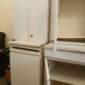 В срочном порядке продаю набор кухонной мебели, цвет белый, в Омске
