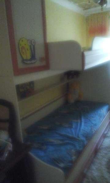 Продам детскую 2-ярусную кровать с 2-мя встроенными шкафами
