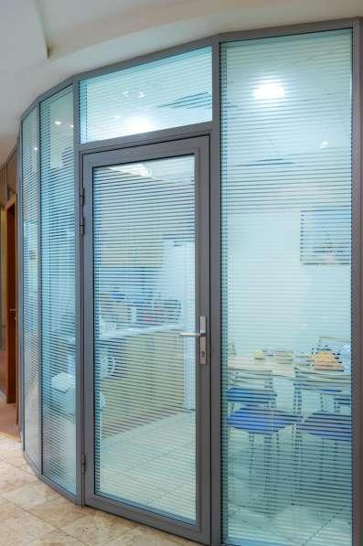 Перегородки и двери из алюминиевого профиля в Казани фото 6