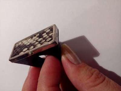 кольцо с серебром и кожей змеи