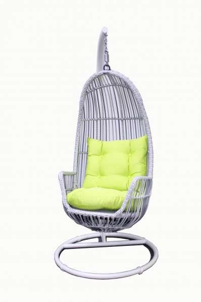 Подвесное кресло белое из искусственного ротанга