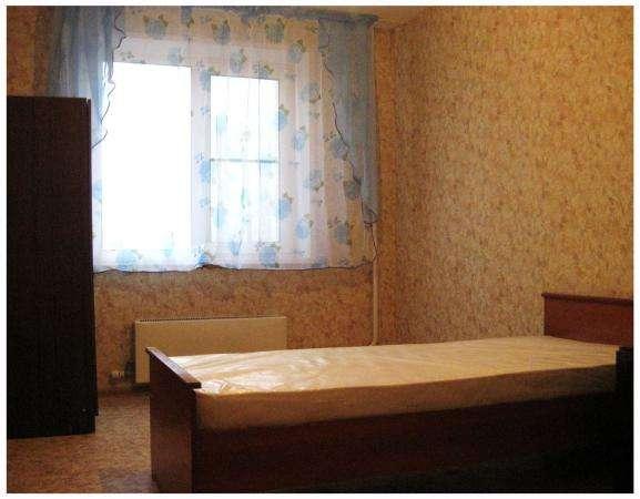 Сдаётся благоустроенная комната в двухкомнатной квартире