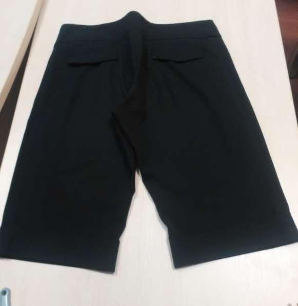 Черные женские шорты (до колена), брючной ткани, снизу манже