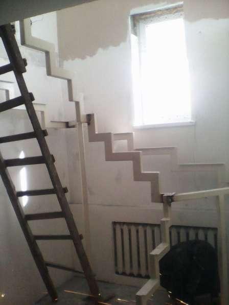 Металлическая лестница косоурная