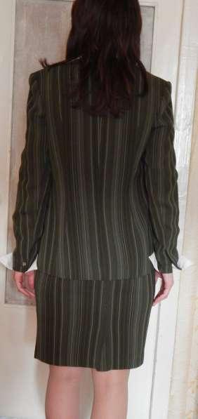 Костюм деловой (юбка, брюки, жилет, пиджак, блуза, галстук) в фото 4