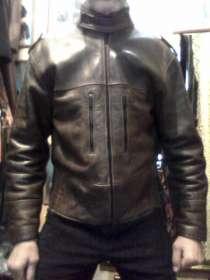 Продаю куртку кожаную мужскую, короткую, темно-коричневую, в Барнауле