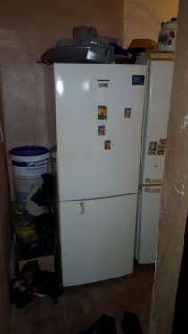 Холодильник белого цвета, в Комсомольске-на-Амуре