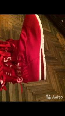 Классная обувь красного цвета
