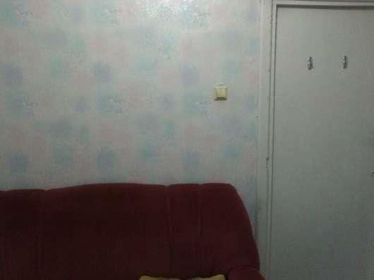 Сдаю комнату в коммуналке есть диван, стол, телевизор