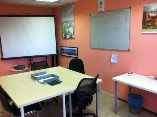 Переговорная комната и рабочие места