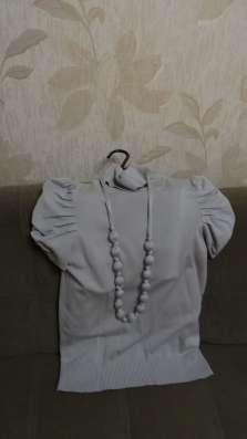 Водолазка с бусами из ткани