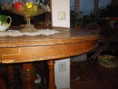 Старинный  овальный  столик.