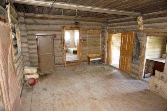 Бревенчатый дом в жилой деревне, с хорошим подъездом