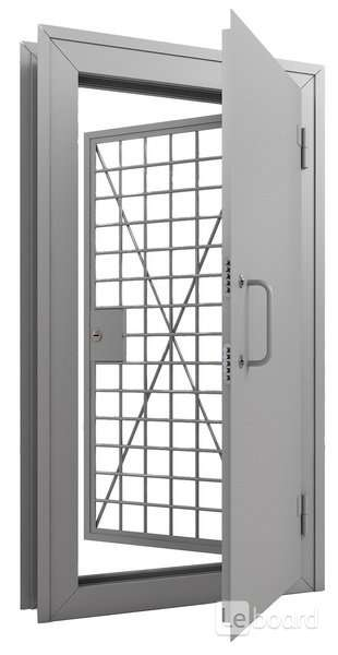железные двери в оружейную комнату